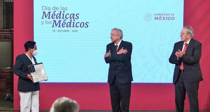 AMLO emite decreto para establecer el Día del Médico