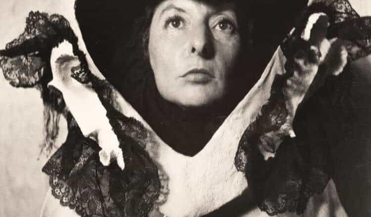 Sale a subasta fotografía de Remedios Varo, con máscara de Leonora Carrington, tomada por Kati Horna
