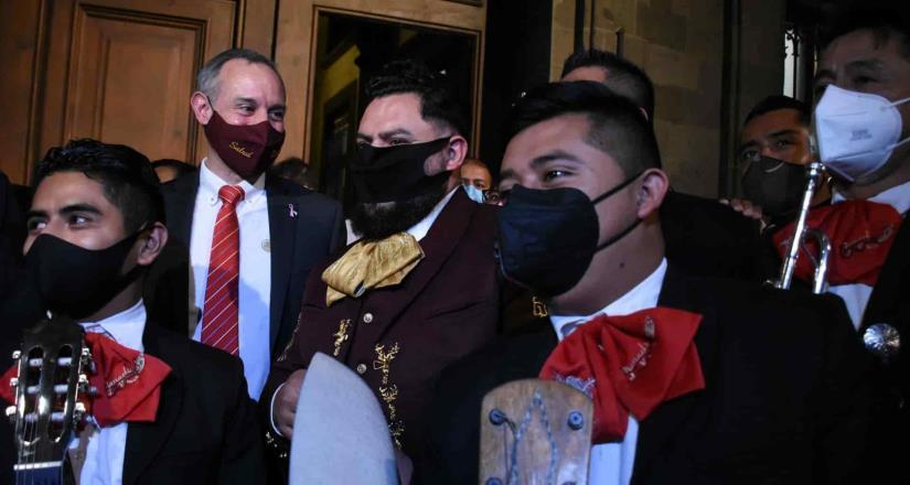 Club de fans lleva serenata con mariachi a López-Gatell