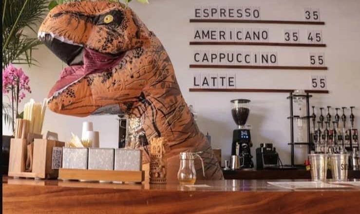Dinosaurio atiende cafetería en SLP para salvarla de la crisis