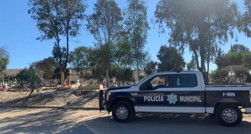 Mantienen municipales vigilancia en panteones de la ciudad