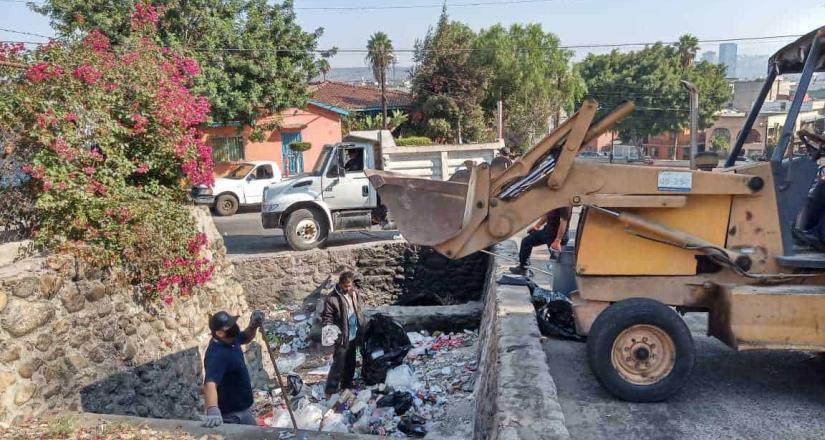 Retiran 20 toneladas de basura en rampas y puentes de delegación Centro