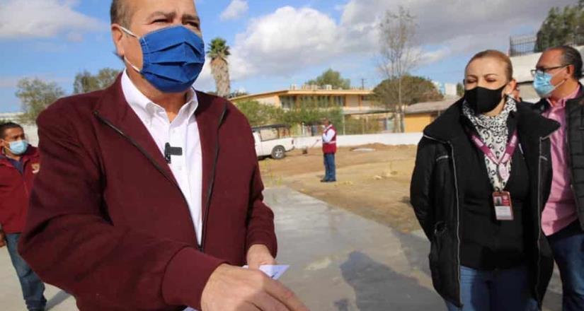 Supervisa Arturo González construcción de cancha de usos múltiples en primaria 20 de noviembre