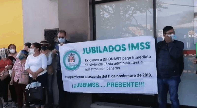 Con plantón en Infonavit Oaxaca, exigen pago de Afore a jubilados