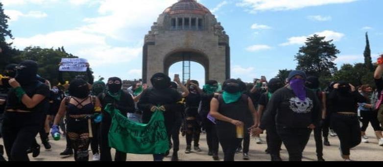 Colectivos feministas llegan al Monumento de la Revolución