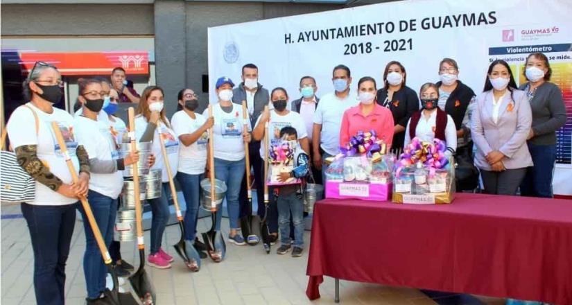 Alcaldesa de Guaymas entrega palas a madres de desaparecidos