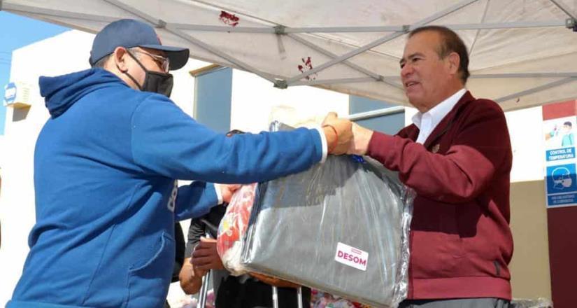 Arturo González entrega lonas y despensas a familias de la delegación La Mesa
