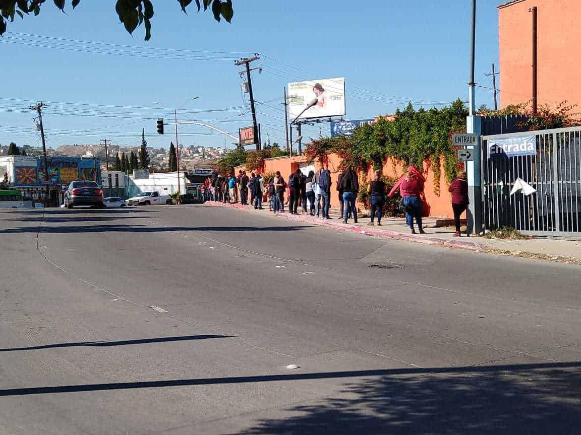 Largas filas y espera por horas para ingresar a Urgencia en Clínica del IMSS N.27