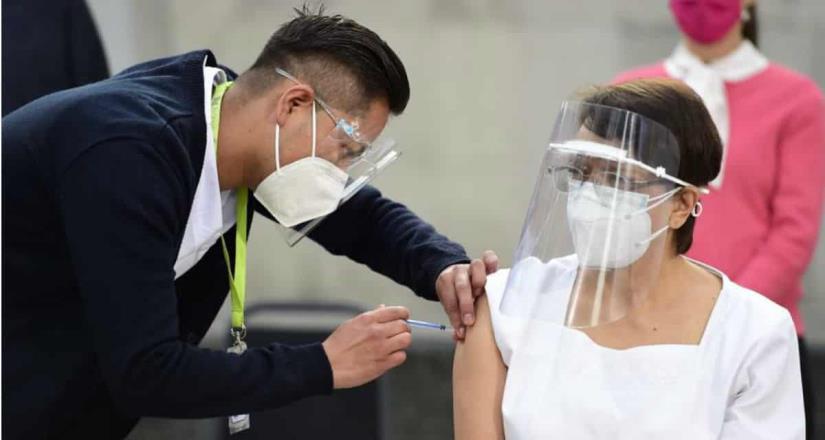 Aplican la primera vacuna contra Covid-19 en México a María Irene Ramírez