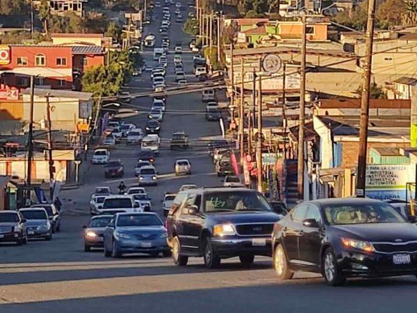 Caravana respalda a Hank Rhon para la gubernatura de Baja California