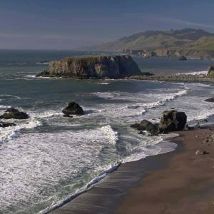 Padre se ahoga tras intentar salvar a sus hijos en una playa de California