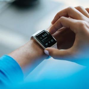 ¿Relojes inteligentes pueden detectar Covid-19 antes de que la persona sepa que está enferma?