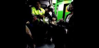 Se viraliza mujer que no desea ponerse su cubrebocas por comer en un transporte público