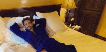 Eugenio Derbez festeja el 14 de febrero oliendo a Rosa Venus