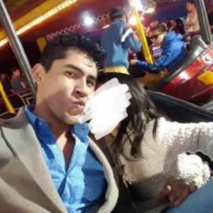 Fotos de Precandidato con su hija que provocan indignación en redes