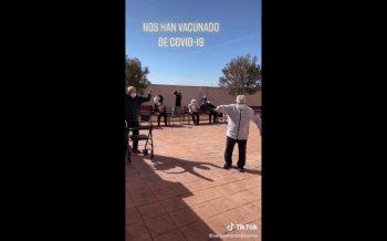 Abuelitos bailan alegres luego de recibir la vacuna