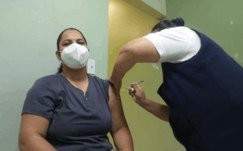 La enfermera Rosas Silvia ha recibido su segunda dosis de la vacuna contra el COVID-19