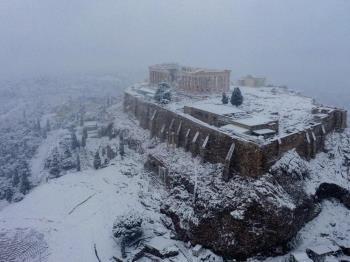 Nieve pinta de blanco la antigua Acrópolis en Atenas, Grecia