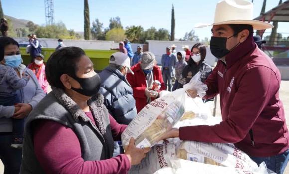 Acerca Armando Ayala atención y apoyos a residentes del Valle de la Trinidad.