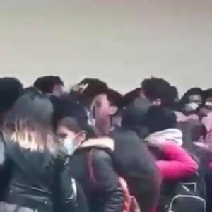VIDEO FUERTE: Alumnos caen del cuarto piso de una universidad en Bolivia; mueren 5