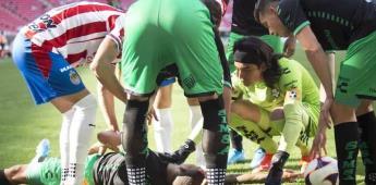 Balonazo noquea a jugador de Santos en el partido vs Chivas