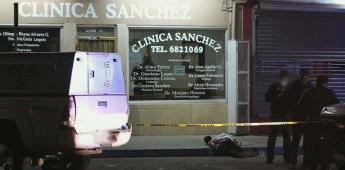 Sujeto muere por heridas de bala sobre la banqueta frente a la clínica Sánchez