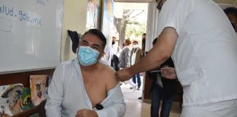 Acude  Alejandro Ruiz Uribe a aplicarse la vacuna contra el Covid-19