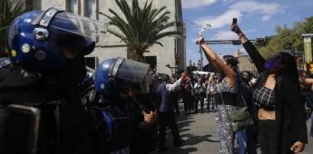 Se enfrentan feministas con policías y vecinos.