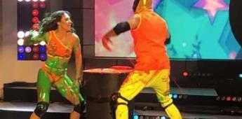 El luchador Tinieblas Jr nalguea a su compañera de baile