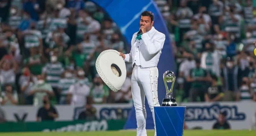 Pablo Montero se equivoca al entonar el Himno Nacional en la final
