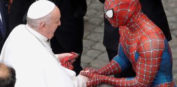 El Papa Francisco estrecha la mano del Hombre Araña