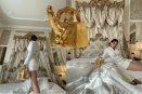 Viral: Rosalia posa con inusual bolso dorado