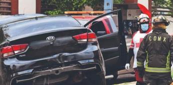 Mujer muere aplastada por 2 automovilistas; jugaban carreritas