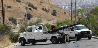 Muere mujer al caer a un barranco dentro de su vehículo