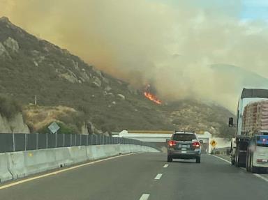 Se registra incendio en la carretera Tecate - Mexicali