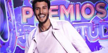 Sebastián Yatra recibió el reconocimiento 3X platino por Pareja del Año durante premios juventud