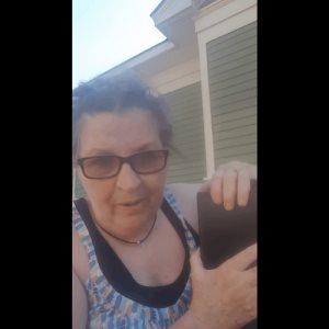 Mujer se viraliza al botar las cenizas de su difunto esposo quien abusaba de ella en vida