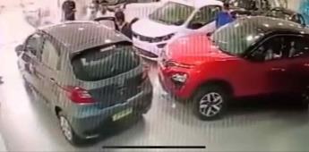 Automovilista cae junto a su auto desde el primer piso de la agencia