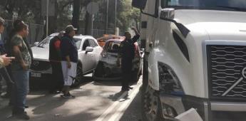 Tráiler choca 5 autos particulares y genera riña entre conductores