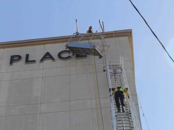 Bomberos rescatan a trabajadores que estuvieron apunto de caer del ultimo piso del Hyatt Place