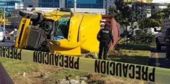 Muere menor al volcarse tráiler sobre camellón en Monterrey